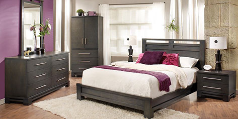 Chambre à coucher avec lit et tables de nuit